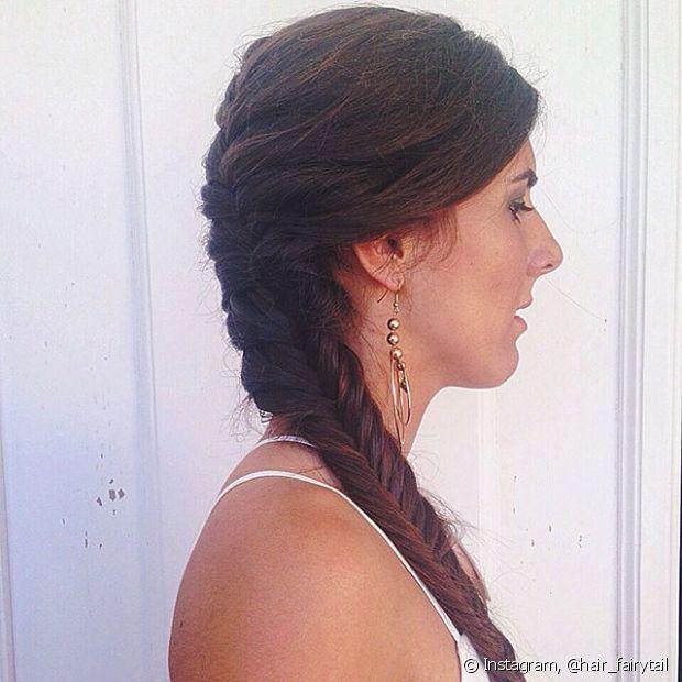 Penteie todo o seu cabelo para o lado com os próprios dedos. Não esqueça de escolher em qual posição sua franja vai ficar, acompanhando o sentido dos fios penteados ou para o lado oposto