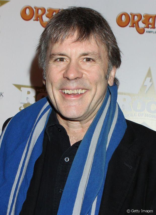 Bruce Dickson, o vocalista do Iron Maden, já teve longos cabelos lisos com uma franja reta na altura da testa. Atualmente, mais maduro, o cantor prefere os os fios grisalhos bem curtinhos
