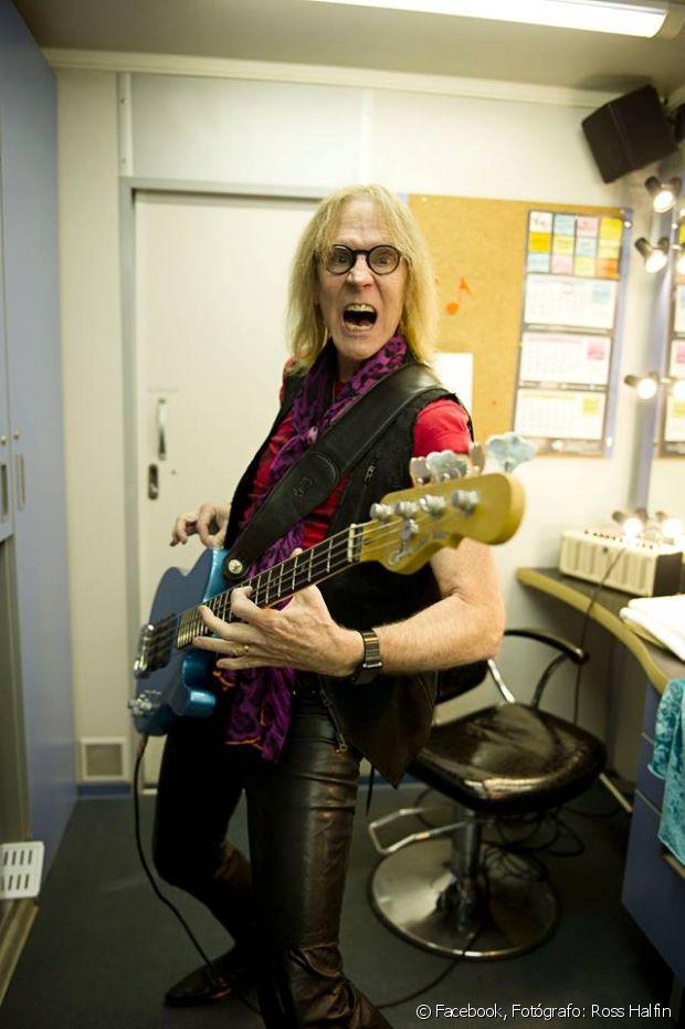 Tom Hamilton é o aclamado baixista e cabeludo do Aerosmith