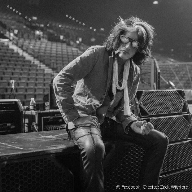 Joe Perry, guitarrista do Aerosmith, também é adepto da mecha branca na frente do cabelo