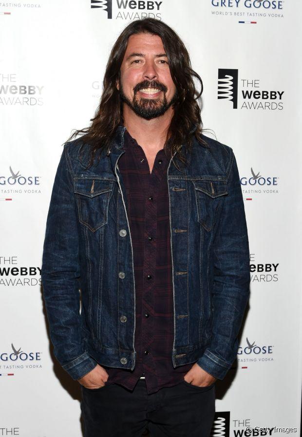 Dave Grohl costuma variar entre o comprimento longo e médios nos fios escuros