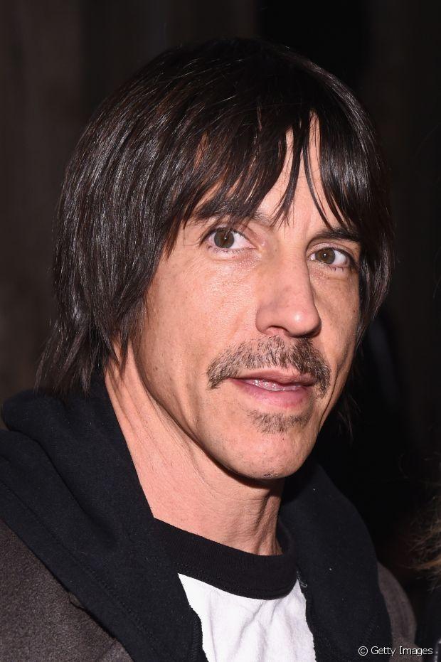 Anthony Kiedis, líder da banda Red Hot Chili Peppers, já fez várias mudanças capilares, mas ele sempre será lembrado por seus longos fios negros e lisos que a gente adora!