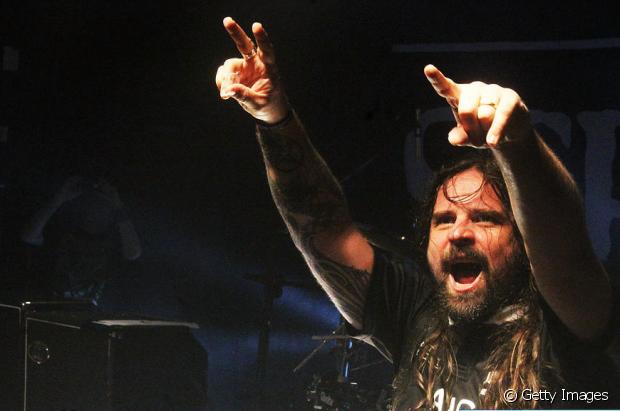 Andreas Kisser, do Sepultura, cuida dos longos cabelos loiro escuro e faz o maior sucesso no palco