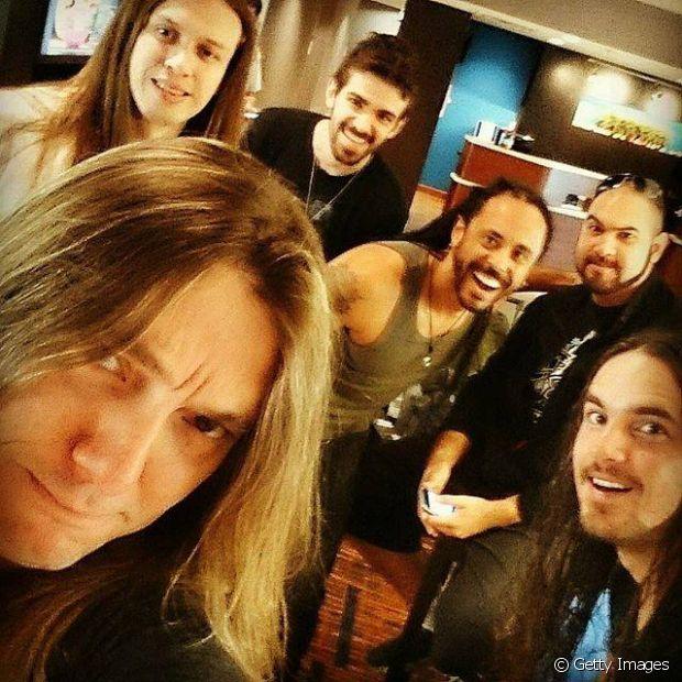 Na banda Almah, que se apresentou no Rock in Rio em 2013, o que não falta é homem cabeludo!