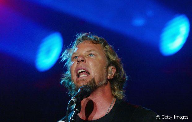 Apesar de usar os cabelos loiros bem curtos há um bom tempo, James Hetfield, o vocalista do Mettalica, exibia os fios na altura do pescoço em 2004