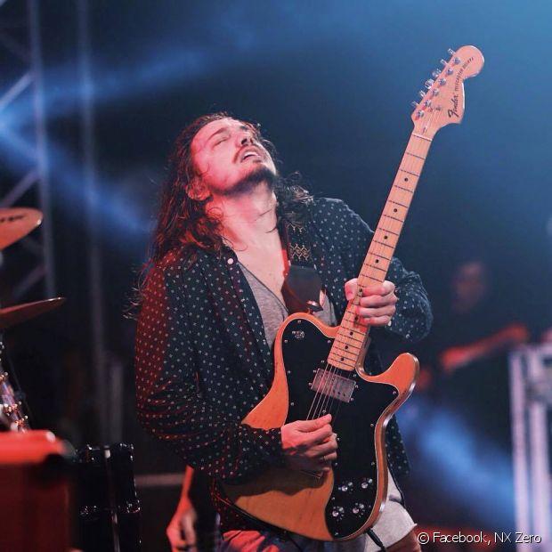 """Gee Rocha é guitarrista da banda NX Zero e já teve o cabelo no estilo """"indie"""", mas atualmente usa os fios compridos e bagunçados"""