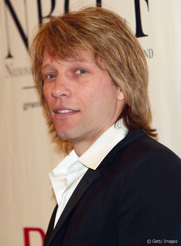 """Apesar de hoje exibir fios curtos e arrepiados, com visual mais maduro, Jon Bon Jovi já foi adepto do corte que hoje podemos chamar de """"estilo indie"""": nem muito comprido e nem muito curto, penteado na frente e nas laterais"""
