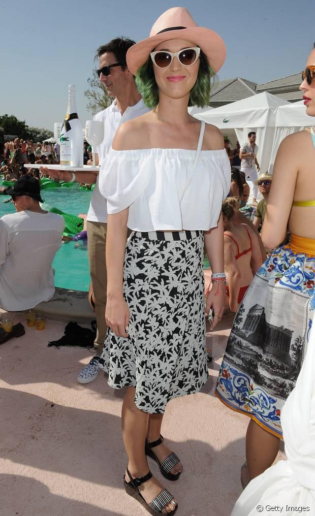 Katy Perry usou um chapéu para deixar o look mais charmoso