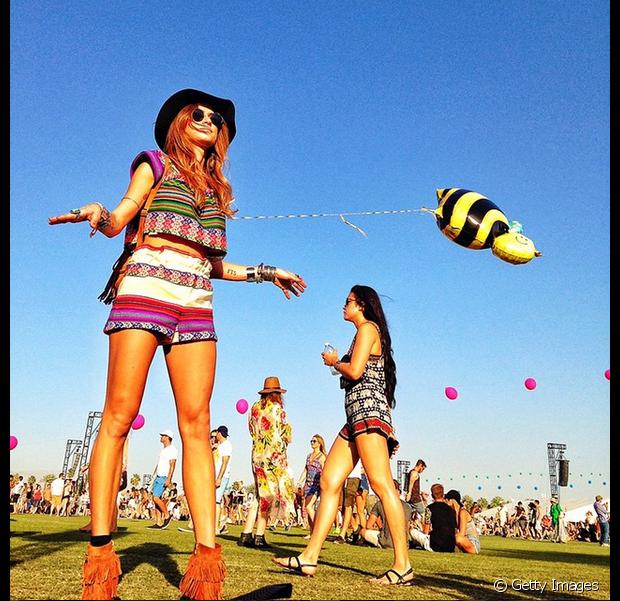 Mais um look lindo da Thaila Ayala usando chapéu no Coachella