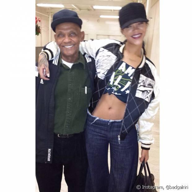 O boné é um acessório com referência masculina esportista e fez a cabeça da cantora Rihanna