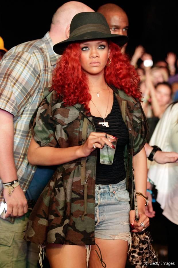 Rihanna apostou em um chapéu com abas largas e escuro para combinar com o look camuflado