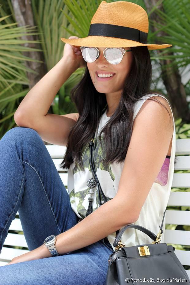 A blogueira Mariah adora acrescentar o chapéu para deixar looks básicos mais interessantes