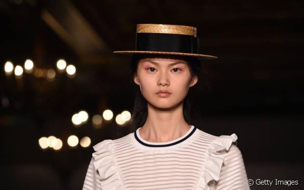 Os chapéus podem deixar um look básico muito mais interessante, dar bossa ao visual e ajudar a disfarçar os dias de 'bad hair day'