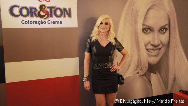 Flávia Alessandra escolhe um look todo preto para curtir o stand Fique Diva, no Rock in Rio 2015