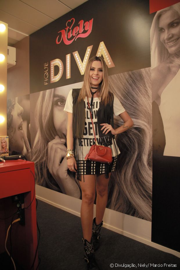 Renata Uchôa também foi ao stand Fique Diva, no Rock in Rio 2015, com um look superestiloso