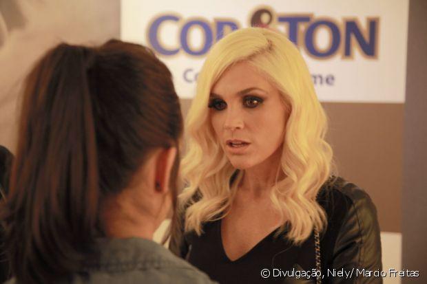 Flávia Alessandra conversa com o Time de Divas no satnd Fique Diva, no Rock in Rio 2015