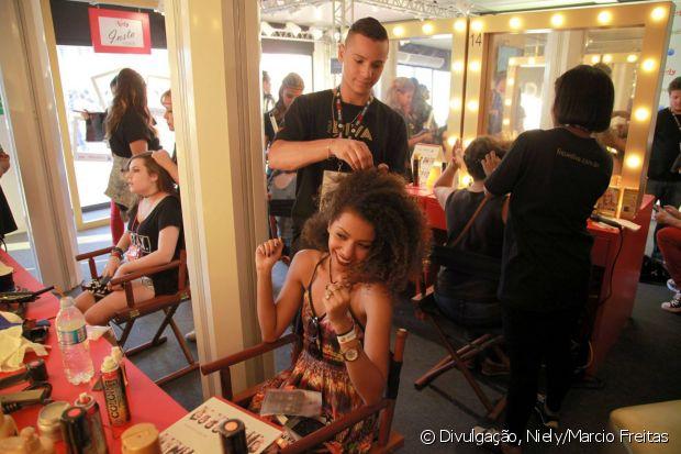 A estudante e modelo passou no stand Fique Diva para fazer um penteado no cabelão!