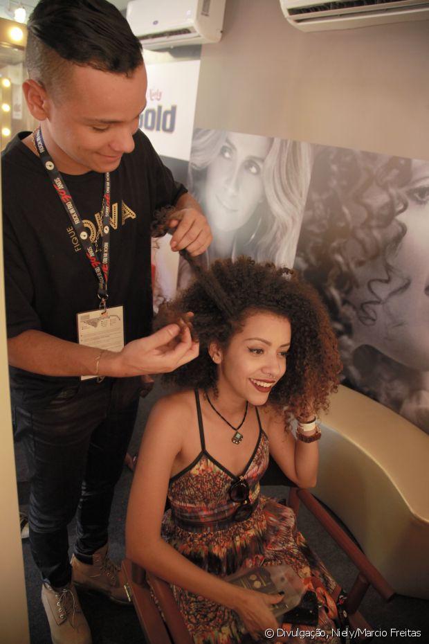 A estudante Cecília Boechat aproveitou para dar um pulo no stand Fique Diva e fazer um penteado superestiloso no seu cabelo afro