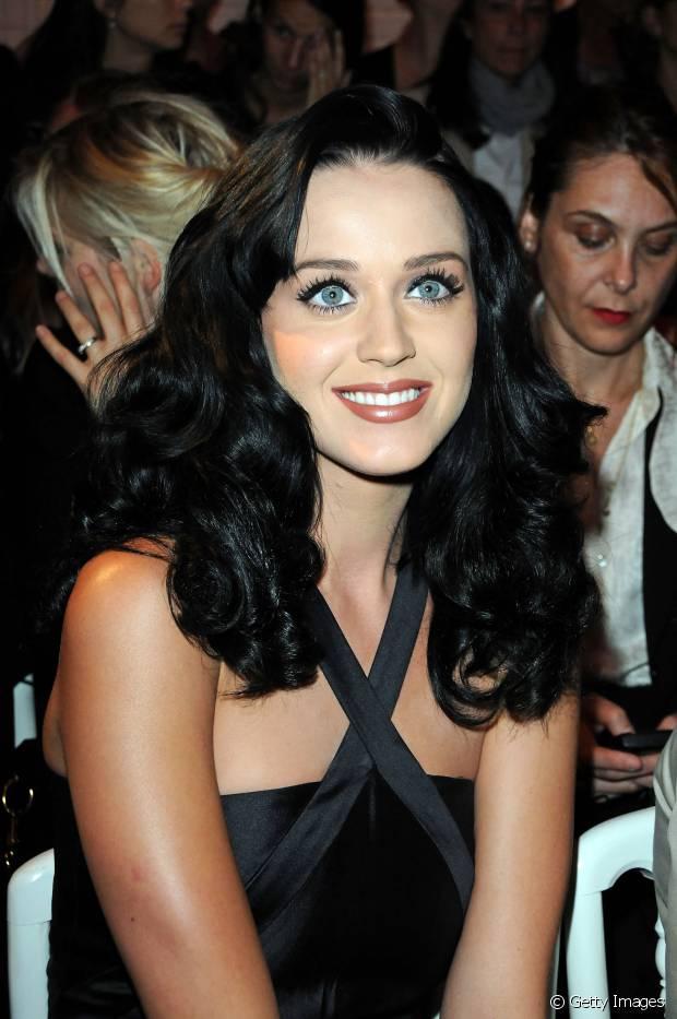 Katy Perry aposta em fios volumosos e com ondas naturais