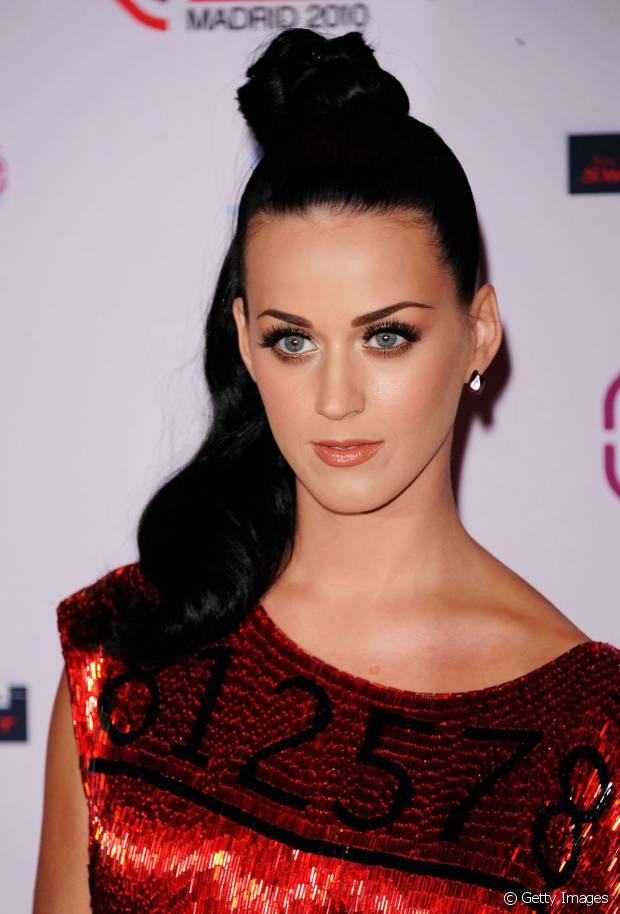 Em 2010, Katy Perry investiu em um coque semipreso com metade da lateral do cabelo solta