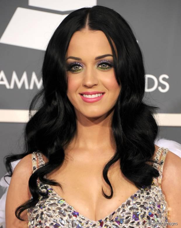 Katy Perry fica muito linda com os cabelos prestos, concorda?