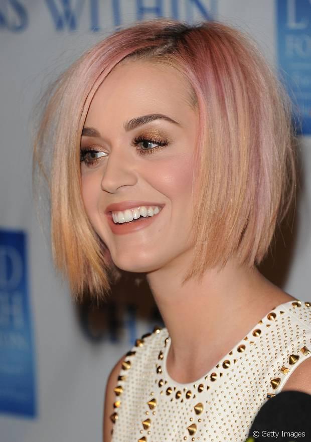 E o cabelo bob de Katy Perry com mechas rosas?