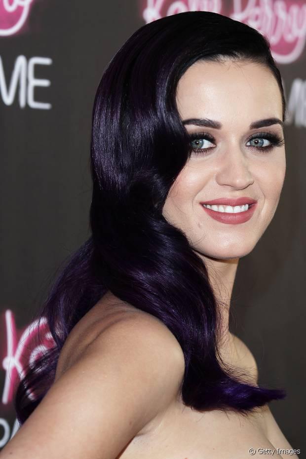Katy Perry também já desfilou com fios na cor violeta