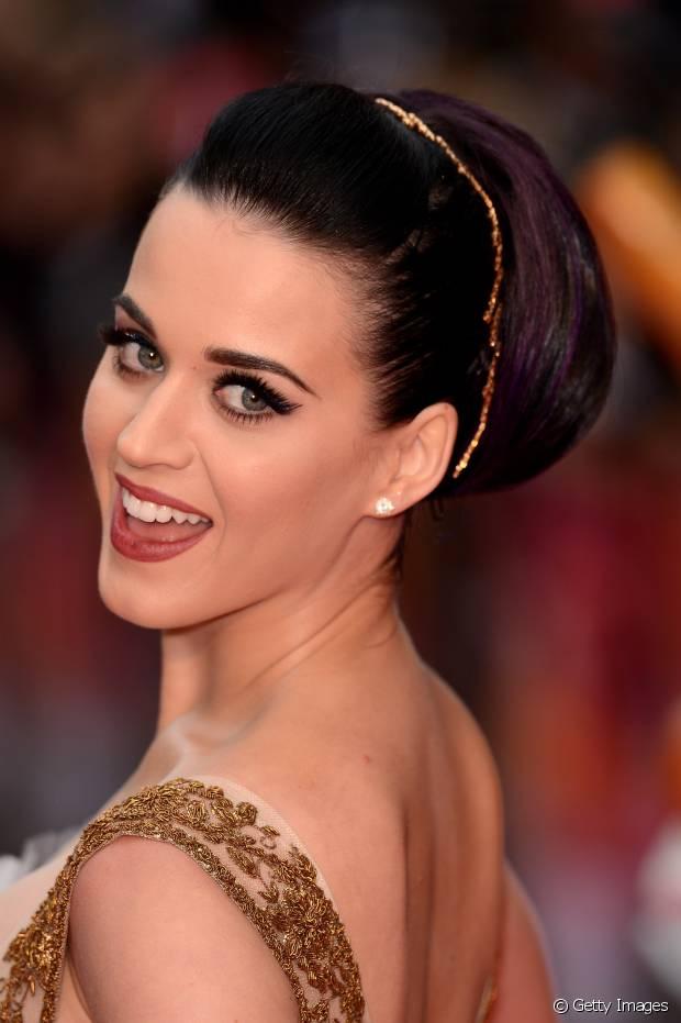 Katy Perry dá um toque especial em seu coque com uma tiara final envolvendo o penteado