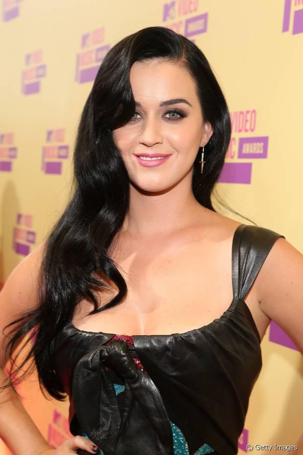 Em 2012, Katy Perry exibiu fios longos e pretos
