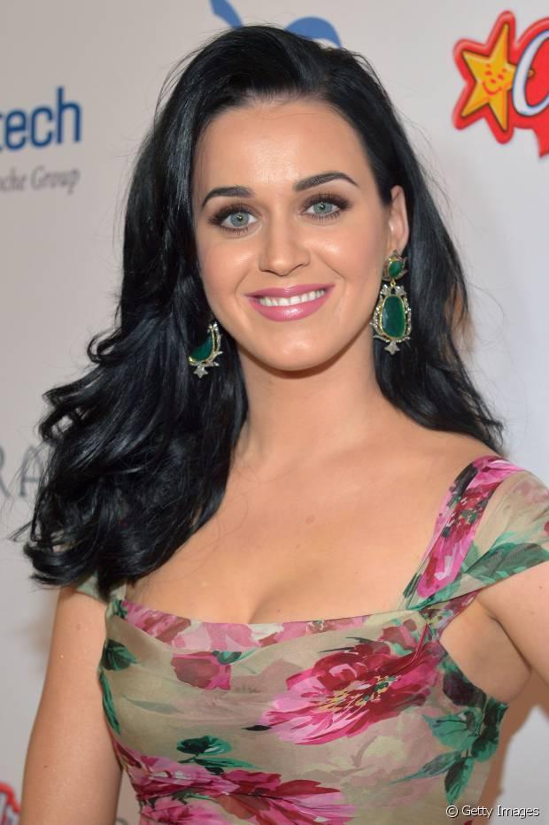 Katy Perry também curte cabelos lisos e modelados