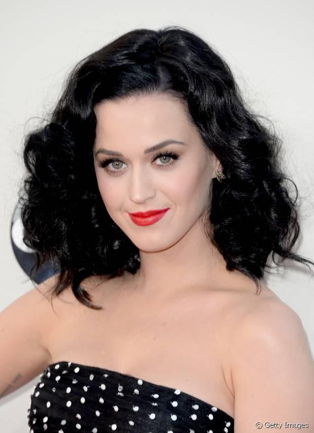 A nuance preta dos cabelos de Katy Perry realça os olhos azuis da cantora