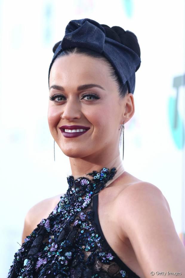 Katy Perry é fã de penteados como coque e rabo de cavalo