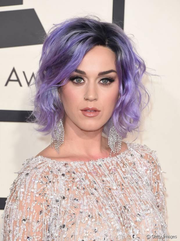 Katy Perry exibiu fios roxos no Grammy Awards 2015