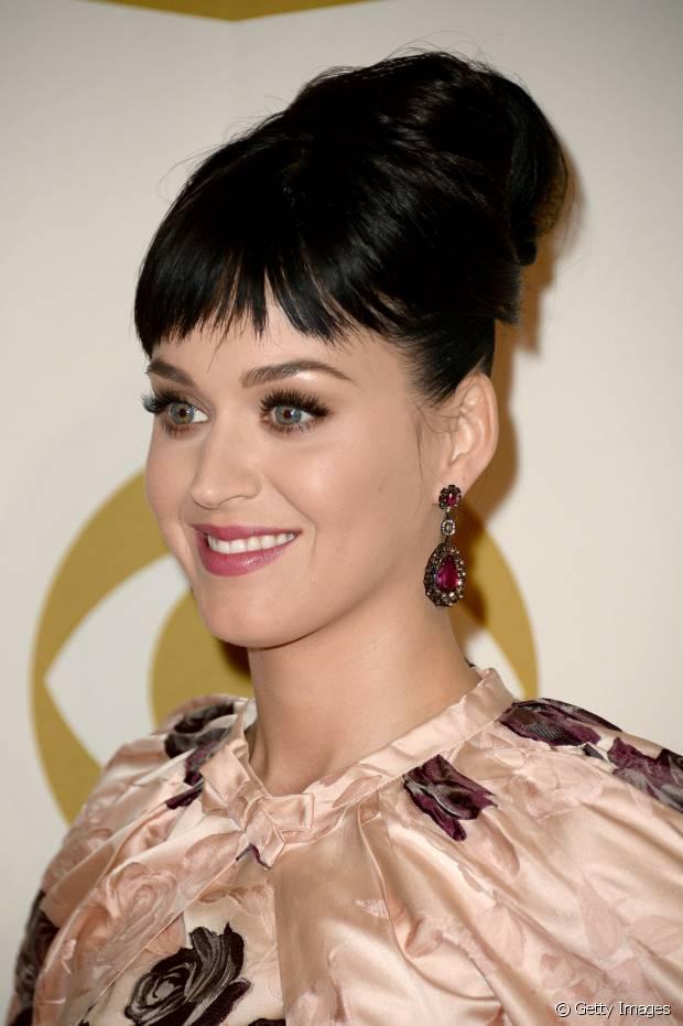 O coque alto está entre os penteados preferidos de Katy Perry