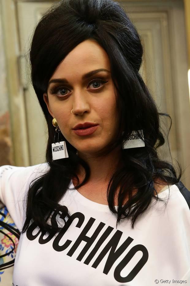 Quando não está com o cabelo colorido, Katy Perry prefere manter os fios na cor preta