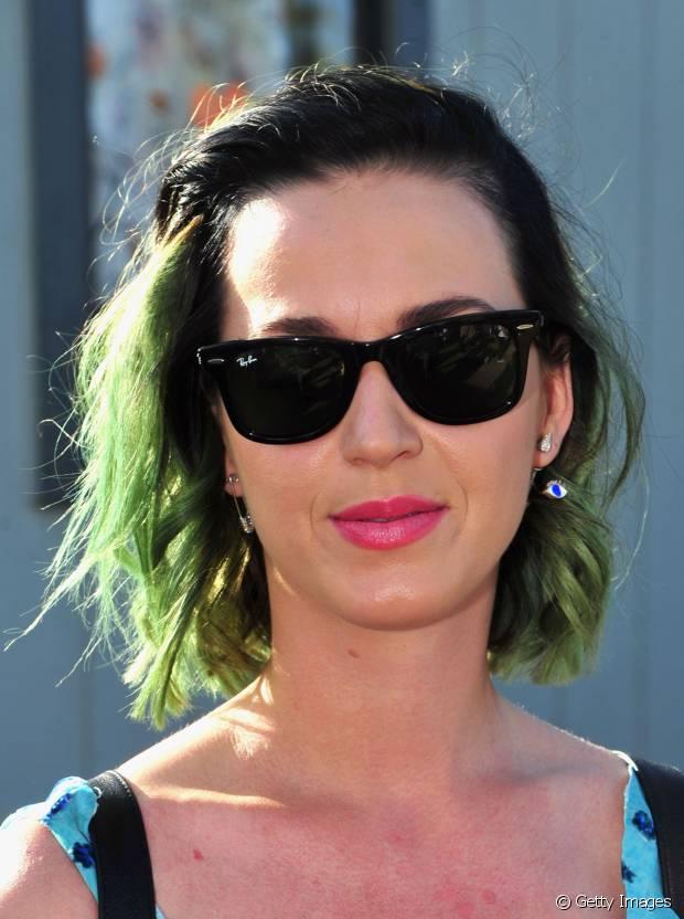 No Coachella 2014, Katy Perry apareceu com os fios curtíssimos e verdes