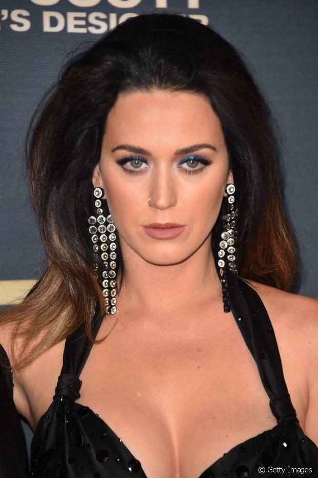 Katy Perry gosta de ousar nos penteados como nesse bastante volumoso no topo da cabeça