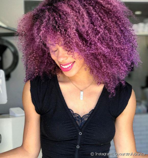 O lavanda é uma nuance de cabelo cacheado roxo que favorece vários tons de pele (Foto: Instagram @yourstrulybianca)