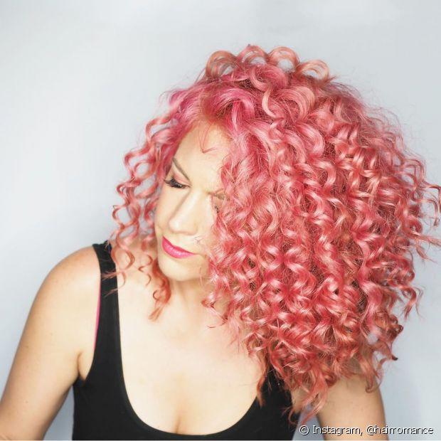 O cabelo cacheado rosa pastel também pode ter um brilho perolado (Foto: Instagram @hairromance)