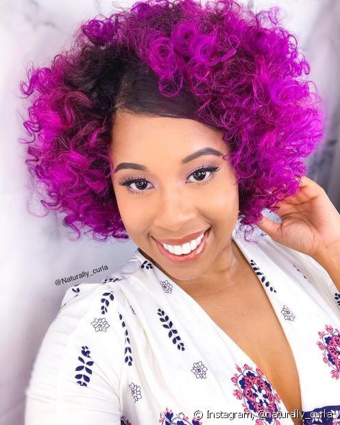 O cabelo cacheado roxo faz muito sucesso entre as donas de pele negra (Foto: Instagram @naturally_curla)