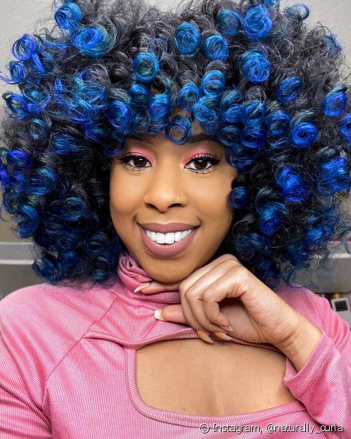 A californiana azul é um ótimo exemplo de cabelos coloridos nas pontas que ficam incríveis (Foto: Instagram @naturally_curla)