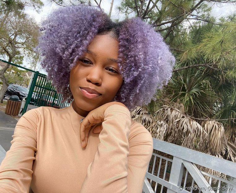 O cabelo cacheado roxo clarinho também fica ótimo nas donas de pele negra (Foto: Instagram @jessridleyy)