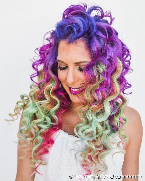 Quer o cabelo colorido cacheado com mais de uma cor? É só misturar! (Foto: Instagram @styles_by_reneemarie)