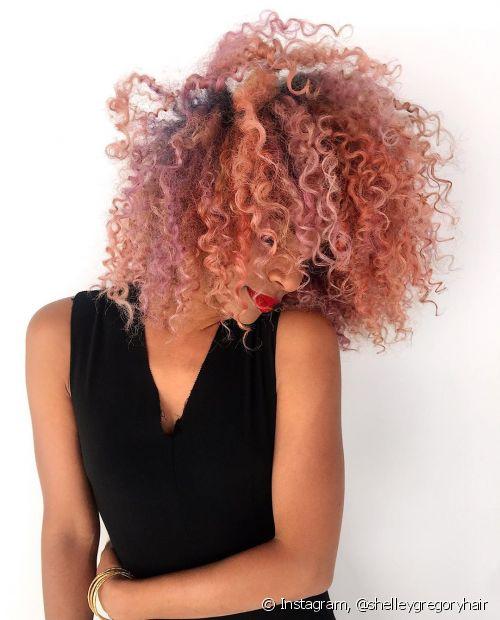 Até depois de desbotar um pouquinho o cabelo cacheado rosa continua um charme (Foto: Instagram @shelleygregoryhair)