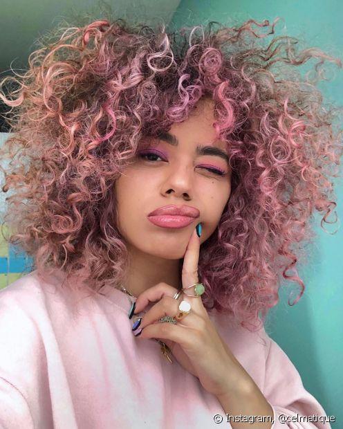 A raiz esfumada ajuda a harmonizar o visual do cabelo cacheado rosa (Foto: Instagram @celmatique)