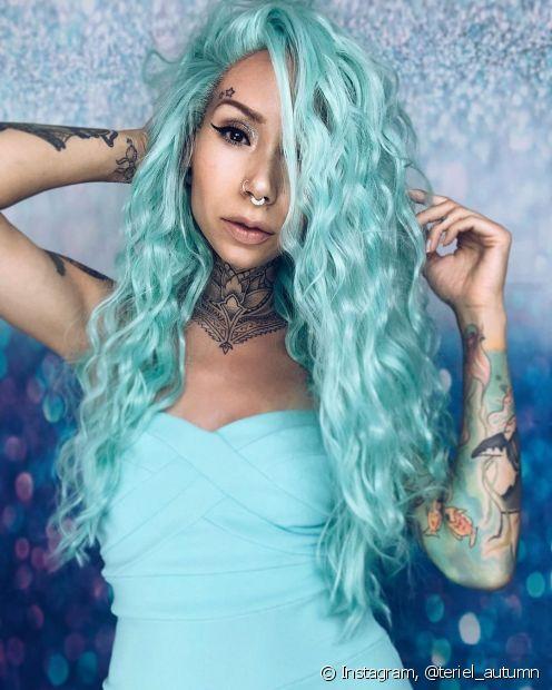 O cabelo cacheado azul claro é perfeito tanto para fios longos, quanto para os curtos (Foto: Instagram @teriel_autumn)