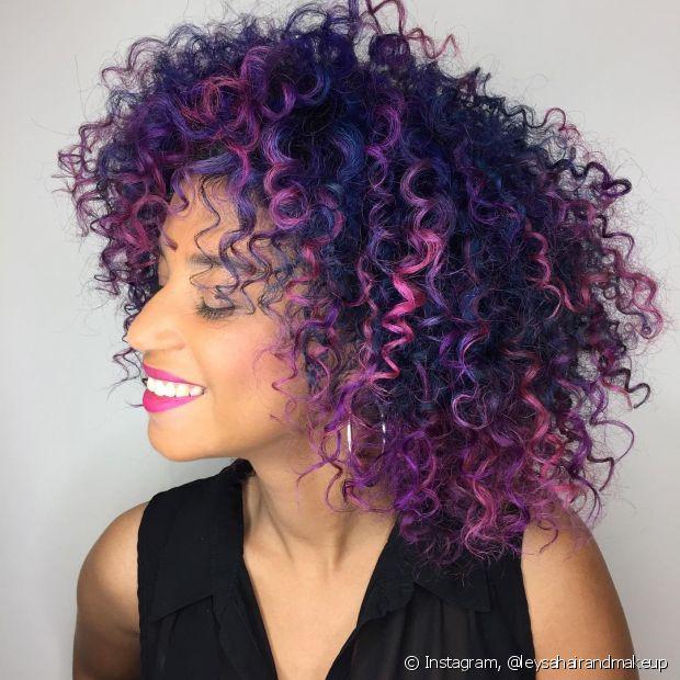 Você pode mesclar várias cores no seu cabelo colorido cacheado (Foto: Instagram @leysahairandmakeup)