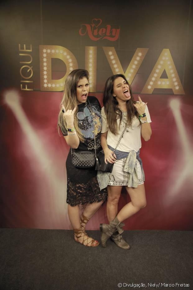 As blogueiras Nathy Turra e Camilla Marins também arrasaram com seus looks e penteados poderosos no stand Fique Diva, no Rock in Rio 2015