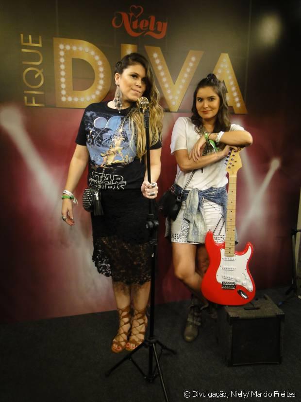 As blogueiras Nathy Turra e Camilla Marins se divertiram posando para fotos no palco do Fique Diva, no Rock in Rio 2015
