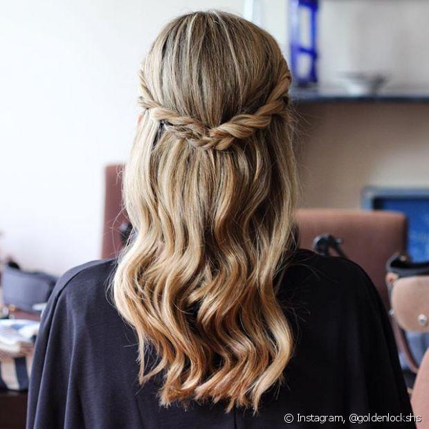 O penteado semipreso pode ficar ainda mais romântico se você trançar as mechas laterais